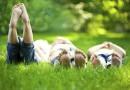 3 Freunde liegen im Gras