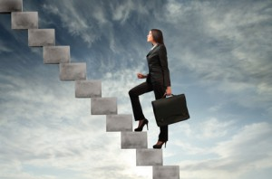 Frau steigt die Karriereleiter hinauf