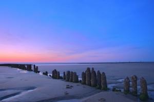 Blick auf Strand und Meer bei Sonnenuntergang