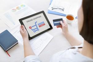 Frau beim Onlineshopping per Tablet