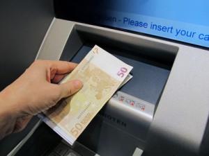 Geld abheben an einem Bankautomat