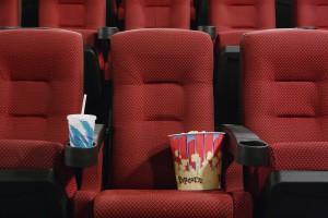 Kinosessel mit Popcorn und Cola