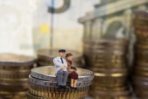Minaturpaar sitzt auf Geld