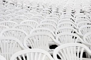 Stuhlreihen im Freien