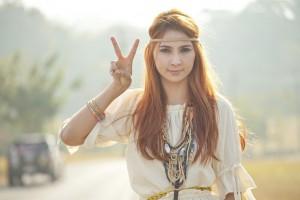 Ein Mädchen im Hippie-Look