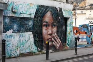 Eine Wandmalerei an einer Außenwand