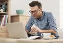 Mann beim Onlineshopping
