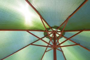 Unter einem Sonnenschirm