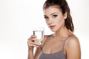 Täglich viel Wasser unterstützt die Gewichtsreduktion