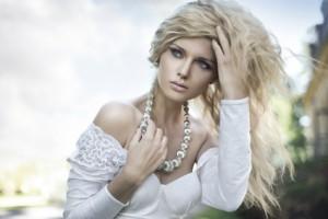 Frau mit blondem Haar - trend