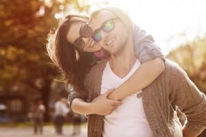 Partnerschaft - Junges Paar genießt gemeinsam einen sonnigen Tag